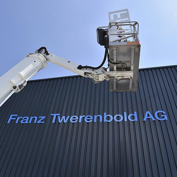 Fassadenbeschriftung Twerenbold AG, Skylift